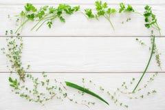 Il timo, prezzemolo, erba cipollina incornicia la disposizione di legno bianca del piano Immagine Stock Libera da Diritti