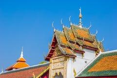 Il timpano del tetto del tempio in Lamphun, Tailandia fotografia stock libera da diritti