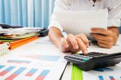 Il tino ed i tassi di prestito hanno calcolato dalla banca fotografie stock