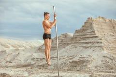 Il tipo è impegnato in ginnastica sul palo Immagine Stock