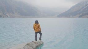 Il tipo è su un campo nel lago stock footage