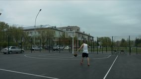 Il tipo è sul campo da pallacanestro con la palla archivi video