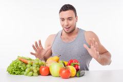 Il tipo adatto dei giovani attraenti preferisce il cibo sano Fotografie Stock Libere da Diritti