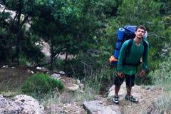 Il tipo al piede del cercare della montagna Fotografia Stock