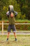 Il tipo alza la gomma alta Fotografia Stock Libera da Diritti