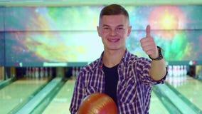 Il tipo approva il bowling video d archivio