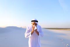Il tipo arabo ritiene le sensazioni sgradevoli con il freddo, stante nella m. Fotografia Stock Libera da Diritti