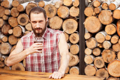 Il tipo barbuto allegro sta riposando nella barra Fotografie Stock