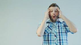 Il tipo barbuto colpito o sorpreso non crede nella conquista della lotteria, emozione umana archivi video