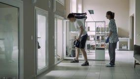 Il tipo bello introduce il suo cane nella scatola nell'infermeria per gli animali archivi video