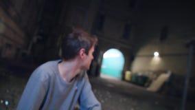 Il tipo bello in maglione grigio si trova su pieno a terra dei cocci di vetro e sveglia video d archivio
