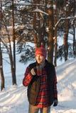 Il tipo beve caldo da una tazza nell'inverno Fotografia Stock Libera da Diritti