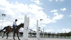 Il tipo che salta sopra la barriera al a cavallo archivi video