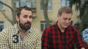 Il tipo con la barba canta, i suoi amici stock footage