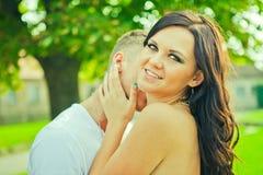 Il tipo con la ragazza abbraccia delicatamente Fotografia Stock Libera da Diritti
