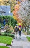 Il tipo con la ragazza che cammina giù la via della città fotografia stock libera da diritti