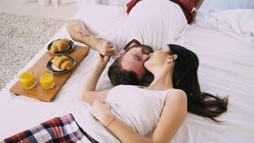 Il tipo con la ragazza ha svegliato di mattina, prima colazione a letto archivi video