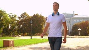 Il tipo dai capelli giusto cammina in città video d archivio