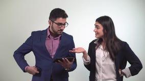 Il tipo dell'ufficio dei colleghi esamina la compressa e la ragazza dopo che il ballo ottiene la carta di credito vinta nella sco stock footage