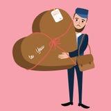Il tipo della consegna dell'uomo della posta porta la sorpresa di forma del cuore del pacchetto Fotografia Stock