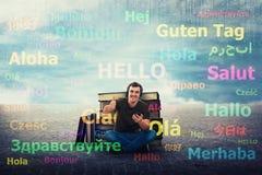 Il tipo dello studente impara le lingue differenti sulle cuffie fotografia stock libera da diritti