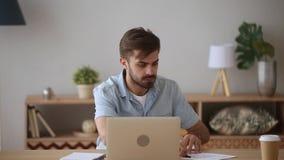 Il tipo dello studente ritiene arrabbiato avendo problemi con la rete o il computer stock footage