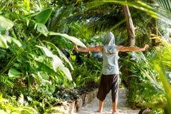 Il tipo di modo nella giungla sta posando in suoi abiti immagini stock
