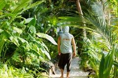 Il tipo di modo nella giungla sta posando in suoi abiti fotografie stock libere da diritti
