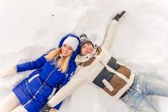 Il tipo e la ragazza hanno un resto nel legno dell'inverno fotografie stock libere da diritti