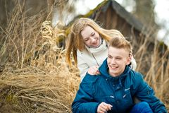 Il tipo e la ragazza si siedono su un'erba 2633 Immagine Stock