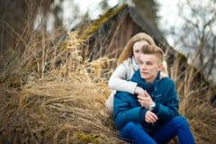 Il tipo e la ragazza si siedono su un'erba 2634 Fotografia Stock