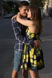 Il tipo e la ragazza stanno baciando sui precedenti della strada, la città fotografie stock libere da diritti
