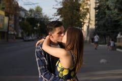 Il tipo e la ragazza stanno baciando sui precedenti della strada, la città immagine stock libera da diritti