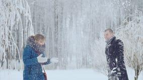 Il tipo e la ragazza svegliano allegro con neve video d archivio