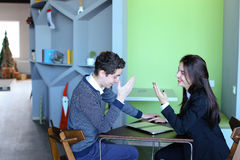 Il tipo e le studentesse si rilassano in biblioteca dopo la scuola e si siedono alla t Fotografie Stock