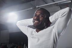 Il tipo elegante ottimista sta rilassandosi con il sorriso Fotografia Stock Libera da Diritti