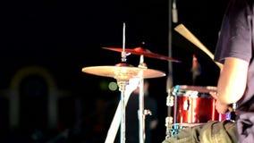 Il tipo gioca ritmico i tamburi stock footage