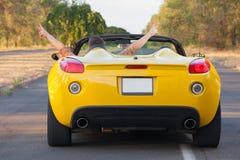 Il tipo gode della sua nuova automobile convertibile Immagine Stock