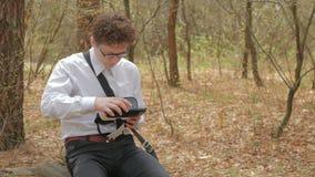 Il tipo ha messo il telefono nei vetri di realtà virtuale stock footage