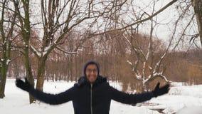 Il tipo indiano allegro in vetri guida su un'oscillazione di legno nella foresta dell'inverno archivi video