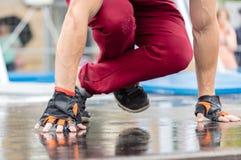 Il tipo muscolare sportivo prepara il primo piano Immagini Stock