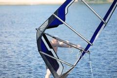 Il tipo nel vagone nuota sul fare windsurf sul lago Fotografie Stock Libere da Diritti