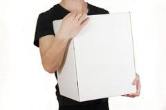 Il tipo nella camicia nera che tiene una grande scatola bianca Porta la a Fotografie Stock Libere da Diritti