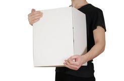 Il tipo nella camicia nera che tiene una grande scatola bianca Porta la a Fotografie Stock