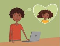Il tipo nero afroamericano vicino al computer portatile pensa  Immagini Stock