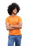 Il tipo nero sorridente con le armi ha attraversato isolato su fondo bianco Fotografie Stock Libere da Diritti