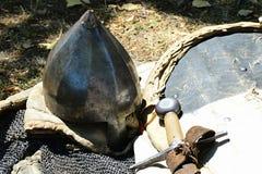 Il tipo normanno conico casco di Spky del casque con la protezione del naso disposta sull'armatura del chainmail, là è inoltre ma Immagini Stock
