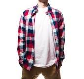 Il tipo, pantaloni a vita bassa nella maglietta nera, spazio in bianco rosso della camicia del plaid, MP Immagine Stock Libera da Diritti