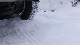 Il tipo rimuove la neve intorno all'automobile nel parcheggio nell'inverno dopo le precipitazioni nevose pala della tenuta dell'u video d archivio