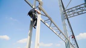 Il tipo scala sul ponte per un salto video d archivio
